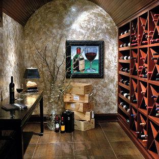 Diseño de bodega tradicional renovada con botelleros de rombos y suelo marrón