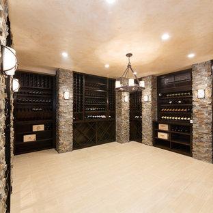 ニューヨークの巨大な地中海スタイルのおしゃれなワインセラー (磁器タイルの床、ワインラック) の写真