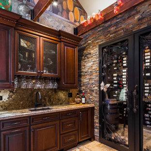 Bild på en stor medelhavsstil vinkällare, med vindisplay och travertin golv