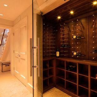 Diseño de bodega de estilo americano, de tamaño medio, con suelo de piedra caliza, vitrinas expositoras y suelo beige