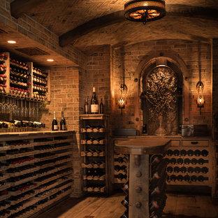 Exempel på en medelhavsstil vinkällare, med mörkt trägolv och vinhyllor