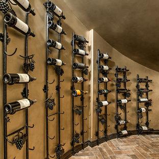 Diseño de bodega mediterránea con suelo de baldosas de porcelana, vitrinas expositoras y suelo marrón