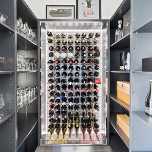 Idées déco pour une petit cave à vin contemporaine avec un sol en carrelage de céramique, des casiers et un sol gris.