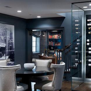Mittelgroßer Klassischer Weinkeller mit dunklem Holzboden, waagerechter Lagerung und braunem Boden in Chicago