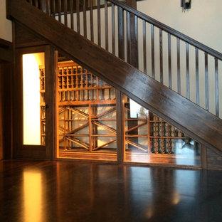 Esempio di una cantina tradizionale di medie dimensioni con parquet scuro, rastrelliere portabottiglie e pavimento marrone
