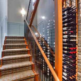 Idéer för mellanstora funkis vinkällare, med skiffergolv och vindisplay