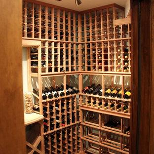 Idées déco pour une cave à vin montagne de taille moyenne avec un sol en bois brun, des casiers et un sol marron.