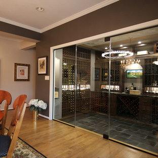 Immagine di una cantina chic con pavimento in pietra calcarea e pavimento nero