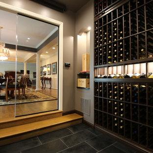 Idee per una cantina tradizionale con pavimento in pietra calcarea e pavimento nero