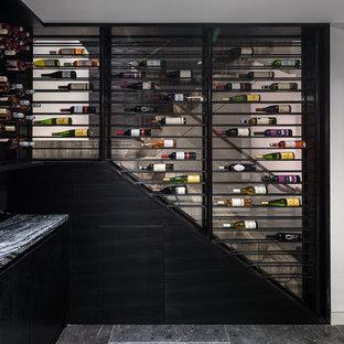 Modelo de bodega minimalista, grande, con suelo de piedra caliza, vitrinas expositoras y suelo negro