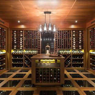 Idéer för att renovera en stor funkis vinkällare, med vinhyllor, klinkergolv i porslin och svart golv