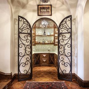 Idéer för en medelhavsstil vinkällare, med klinkergolv i terrakotta och vinställ med diagonal vinförvaring