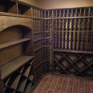 Idée de décoration pour une cave à vin tradition avec un sol en bois peint et des casiers.