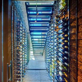 Idéer för att renovera en liten funkis vinkällare, med vindisplay, betonggolv och grått golv