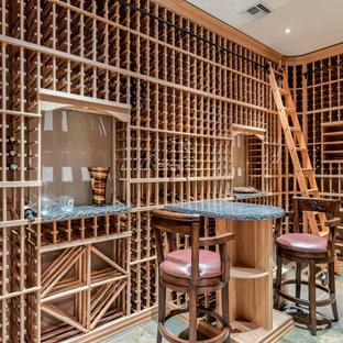 Exemple d'une cave à vin sud-ouest américain avec des casiers.