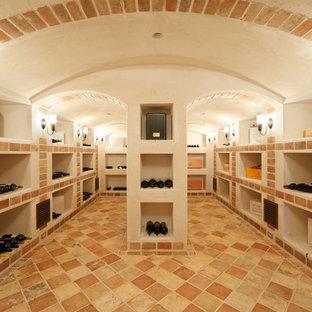 Exemple d'une cave à vin méditerranéenne avec un sol en carreau de terre cuite et un sol jaune.