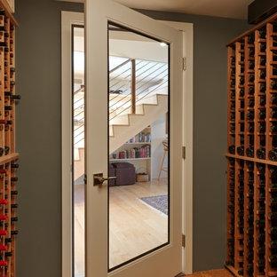Aménagement d'une cave à vin rétro de taille moyenne avec un sol en liège et des casiers.
