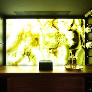 Cette photo montre une cave à vin moderne.
