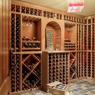 Inspiration för små klassiska vinkällare, med skiffergolv och vindisplay