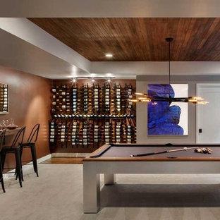 Exemple d'une cave à vin tendance de taille moyenne avec moquette et un présentoir.