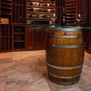 Ejemplo de bodega clásica, de tamaño medio, con suelo de piedra caliza, botelleros y suelo beige
