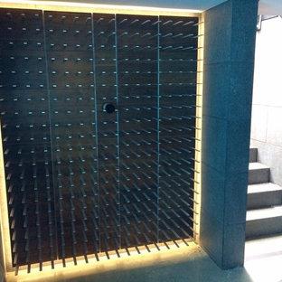 Exemple d'une grand cave à vin moderne avec un présentoir.