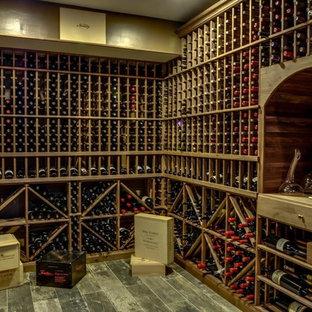 Imagen de bodega clásica, grande, con suelo de baldosas de porcelana y botelleros