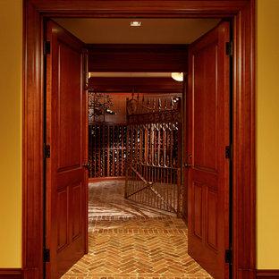 Esempio di una cantina chic con pavimento in mattoni e rastrelliere portabottiglie