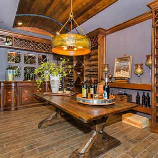 Inspiration för en stor vintage vinkällare, med bambugolv, vinhyllor och brunt golv