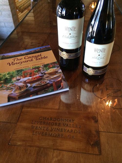 Photos et id es d co de caves vin modernes avec un sol for Cave a vin moderne