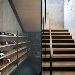 Idées déco pour une cave à vin contemporaine de taille moyenne avec béton au sol et des casiers.
