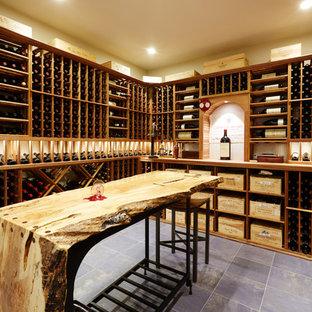 シアトルの大きいトランジショナルスタイルのおしゃれなワインセラー (セラミックタイルの床、ワインラック) の写真