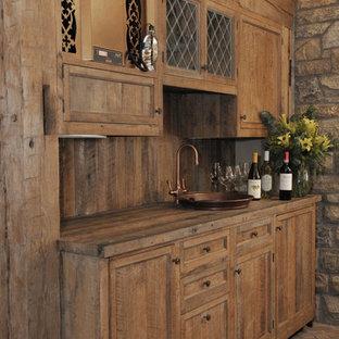 Diseño de bodega rústica, de tamaño medio, con suelo de ladrillo y vitrinas expositoras