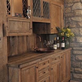 Exempel på en mellanstor klassisk vinkällare, med tegelgolv och vindisplay