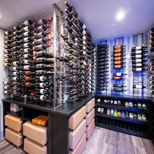 Cette photo montre une grand cave à vin moderne avec un sol en carrelage de porcelaine, un présentoir et un sol gris.