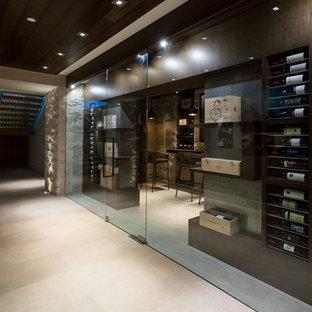 Imagen de bodega contemporánea, de tamaño medio, con suelo de mármol y vitrinas expositoras