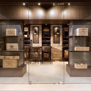Foto de bodega actual, grande, con suelo de madera clara y vitrinas expositoras