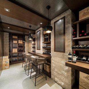Idées déco pour une grand cave à vin contemporaine avec un sol en contreplaqué, un présentoir et un sol blanc.
