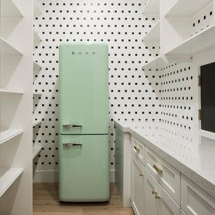 Idee per un'ampia cantina chic con parquet chiaro, rastrelliere portabottiglie e pavimento beige