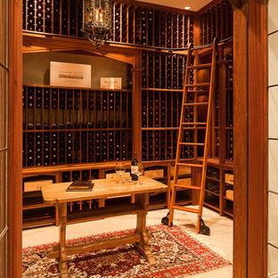 Réalisation d'une grand cave à vin tradition avec des casiers et un sol en travertin.