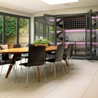 Inspiration pour une cave à vin design avec des casiers et un sol beige.