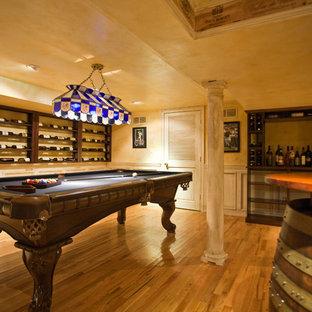 ニューヨークの大きいエクレクティックスタイルのおしゃれなワインセラー (無垢フローリング、ディスプレイラック) の写真