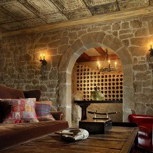 Aménagement d'une cave à vin classique avec des casiers.