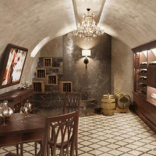 中くらいのヴィクトリアン調のおしゃれなワインセラー (セラミックタイルの床、ベージュの床) の写真