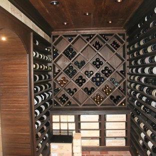 Imagen de bodega tradicional, extra grande, con suelo de ladrillo y botelleros
