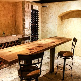Idéer för en stor rustik vinkällare