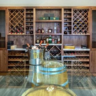 Diseño de bodega bohemia, grande, con suelo de madera en tonos medios, botelleros y suelo marrón