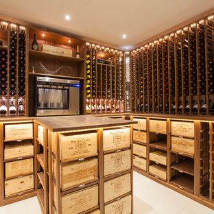 Idées déco pour une cave à vin classique avec un présentoir et un sol blanc.
