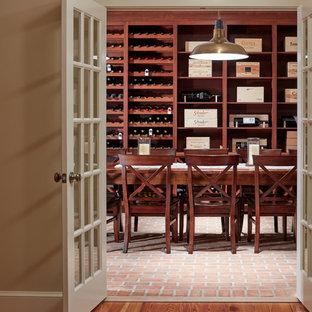 Cette image montre une cave à vin traditionnelle avec un sol rose.