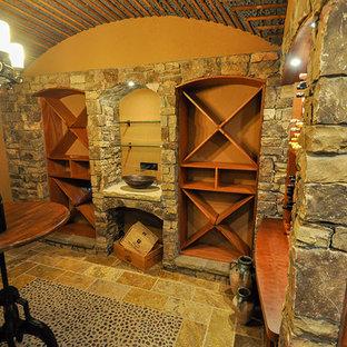 Inspiration pour une grand cave à vin chalet avec des casiers.